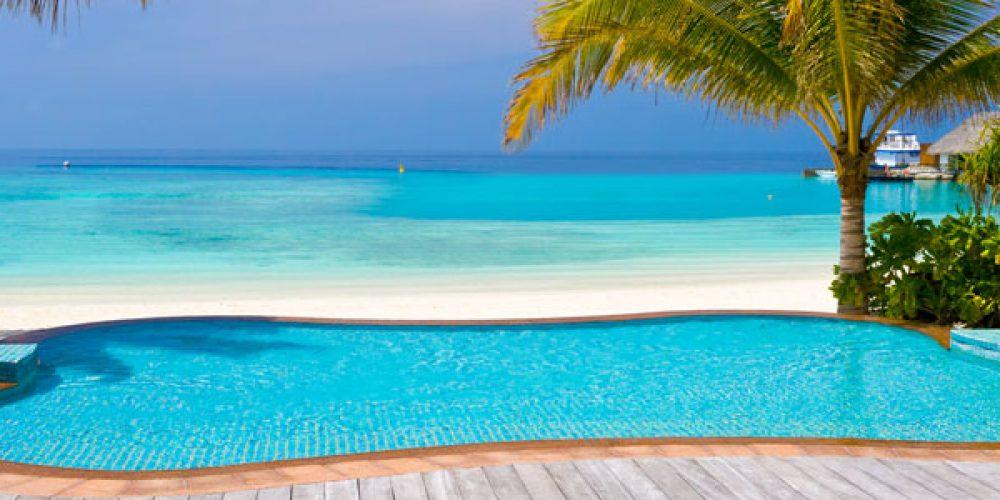 Une piscine avec plage en caoutchouc à aménager dans votre jardin